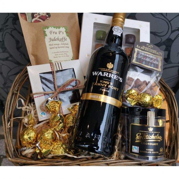 Julegavekurv eller kasse med portvin og andre Jule lækkerier.