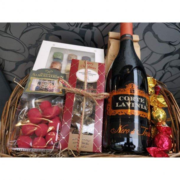 Julekurv med vin og chokolade.