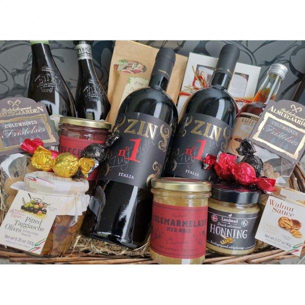 Julegavekurv eller kasse med Julevin, kaffe, specialiteter og chokolade.